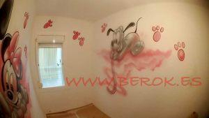 mural pluto huellas