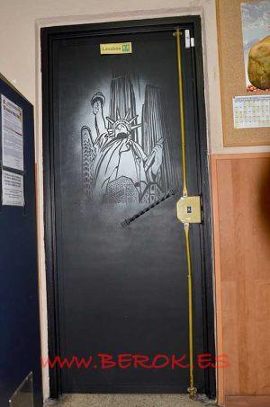mural puerta estatua libertad