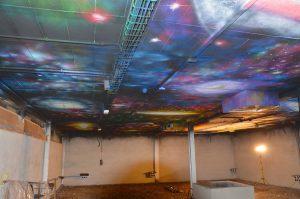 Decoracion-del-Universo-pintado-en-un-techo-de-140-m2