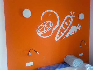 Decoracion-mural-apartamentos-naranja-graffiti