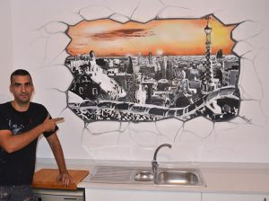 Decoracion-graffiti-mural-artistico-de-pared-rota-con-vistas-a-Barcelona