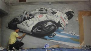 Berok-pintando-el-mural