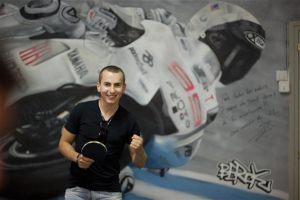 Jorge-Lorenzo-junto-al-mural-de-Berok