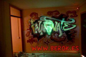 Graffiti-bombilla-fluorescente-en-oficina