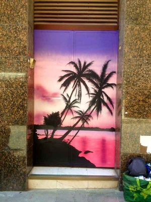 mural-graffiti-puerta-palmeras-paisaje-rosa
