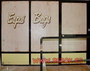 decoracion-sobre-cristal-con-imitacion-a-madera-y-logo-espai-bags