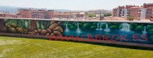 Mural pintando en terraza de Ripollet