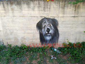 Retrato de perro en graffiti