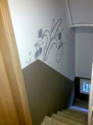 Decoracion-mural-apartamentos-escalera-floral