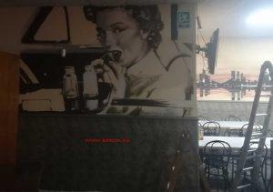 mural marilyn monroe comiendo