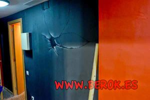 Decoracion-pared-rota-escape-room-Barcelona