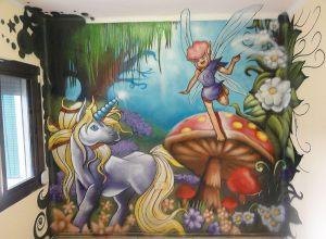 mural-infantil-unicornio-con-hada-en-un-bosque-con-setas