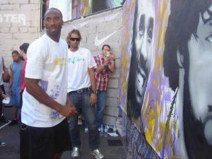 Kobe-firmando-el-mural