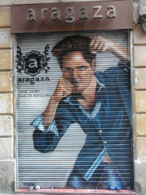 Dibujo-pintado-sobre-la-persiana-de-una-de-las-tiendas-de-Aragaza