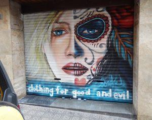 Graffiti-chica-mitad-cara-con-maquillaje-de-Sugar-Skull