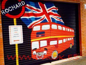 graffitis-en-persiana-de-autobus-ingles