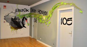 rotulacion-puertas-Black-Swan-hostel